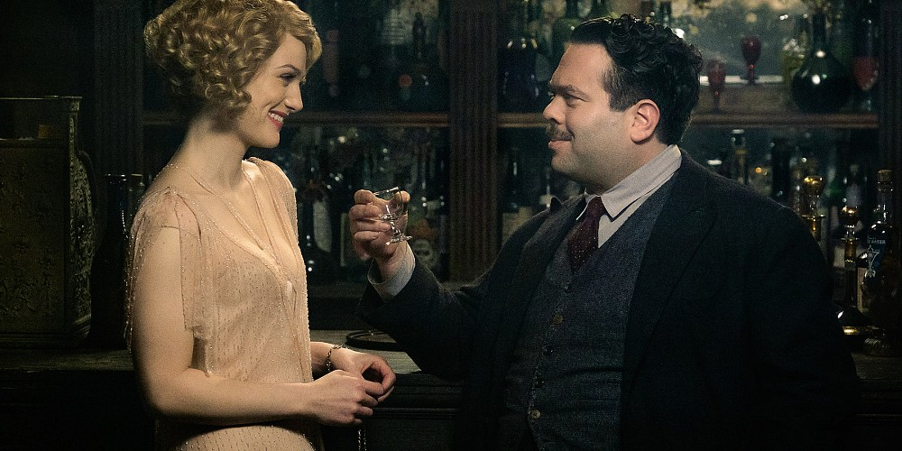 Jacob Kowalski (Dan Fogler) & Queenie Goldstein (Alison Sudol) share a drink